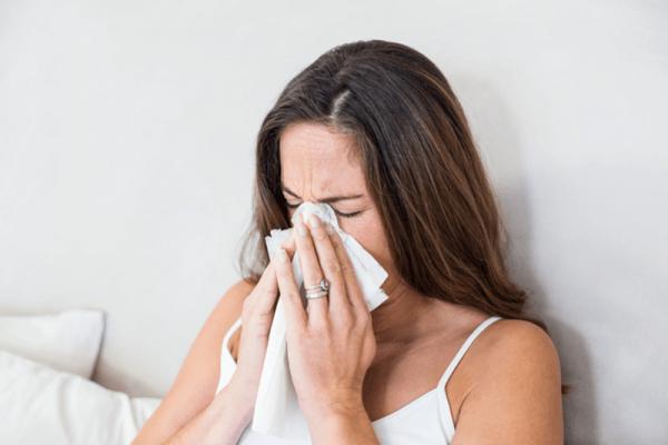 花粉症で鼻をかむ女性