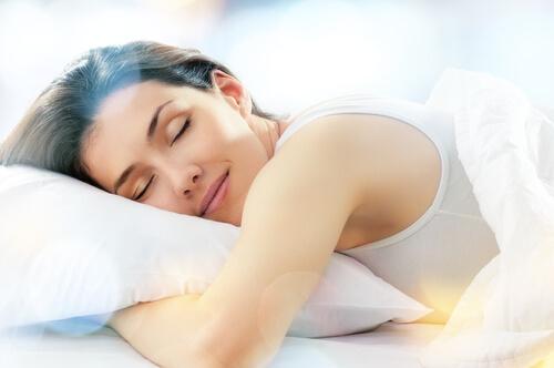 ぐっすり寝る女性